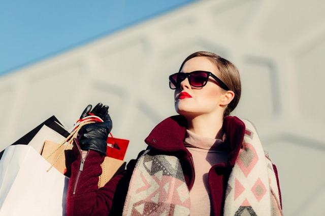 ショッピングを楽しむ女性