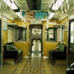 電車の座席に業務用洗剤をこぼしたところ、女子高生が尻にやけどを負う事件が発生。