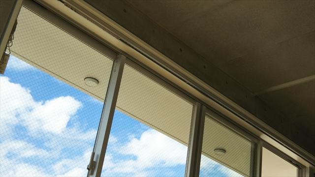 窓ガラスから見た青空